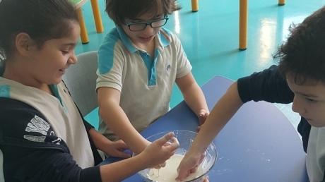 """Bahçeşehir Okyanus Koleji Üstün Zekâlılar ve Yetenekliler İlkokulu 3-E sınıfı öğrencileri maddenin özellikleri konusunu ile ilgili """"Oobleck Hamuru"""" deneyini yaptılar."""