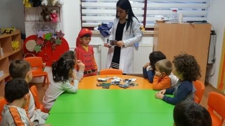 Okul Öncesi Mercan Grubu Bilingual Dersinde Meslekler Konusunu İşliyor