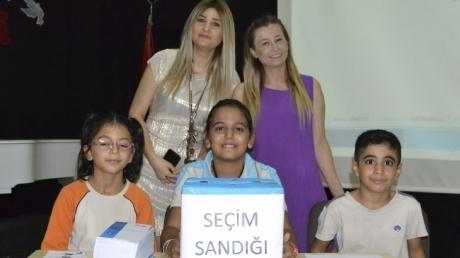Adana Okyanus İlkokulu öğrencileri 2018-2019 Eğitim-Öğretim yılı okul meclis başkanını seçtiler.
