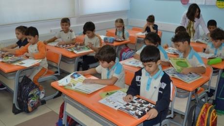 Adana Okyanus Koleji İlkokul 2.3.4. sınıf öğrencileri; her sabah ilk derste on dakika öğretmenleriyle birlikte kitap okuma etkinliği yapmaktadır.