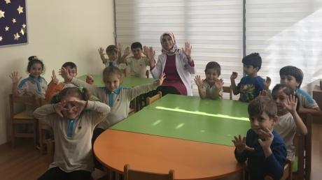 Fatih Okyanus Koleji Okul Öncesi Yıldızlar Grubu Mikrop Deneyi Yapıyor