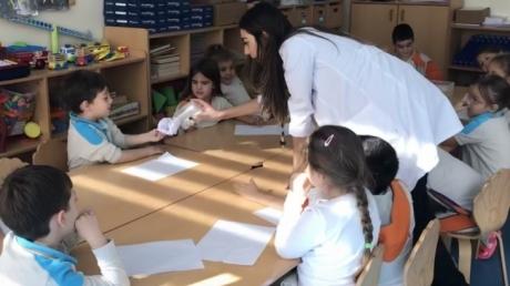 Mavişehir Okyanus Koleji Okul Öncesi Kuşlar Grubu Islanmayan Kağıt Deneyi Yapıyorlar
