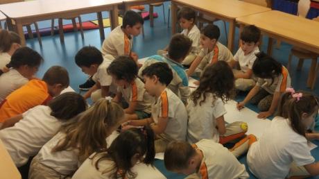 İncek Okyanus Koleji Gezegenler Sınıfı öğrencileri Serbest Boyama Şeklinde Okullarının Resmini Yaptılar.
