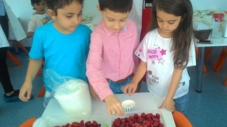 Halkalı Okul Öncesi A Grubu Öğrencileri Çilek Reçeli Yapıyor