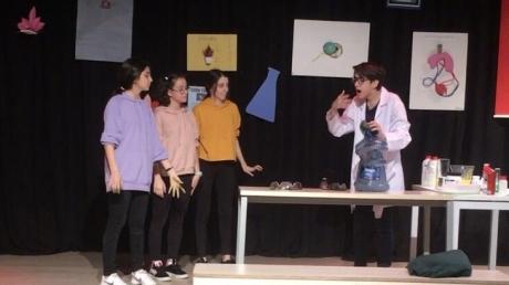 Fen Bilimleri dersinde öğrencilerimizin tiyatro gösterisi içerisinde deney yaptıkları Bilim  Şenliğini gerçekleştirdik.