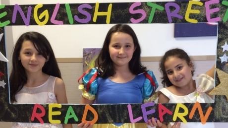 """5. Sınıf öğrencileri Masallar Diyarında Yolculuğa Çıktıkları """"English Street"""" Etkinliğinde Buluştu"""