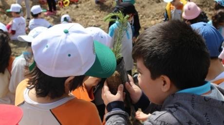 3. Sınıf Öğrencilerimiz Sosyal Sorumluluk Projeleri İçin Çıktıkları Yolda Toprakla Buluşarak Ağaç Diktiler