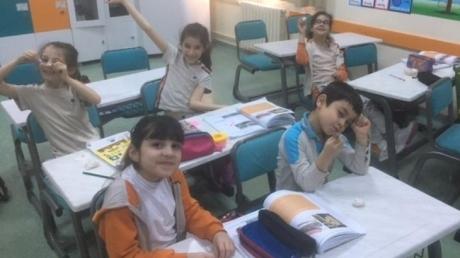 2.Sınıf öğrencileri Çince Dil kulübü dersinde Çin yemek çubuğu (KUAİZİ) kullanmayı öğrendiler