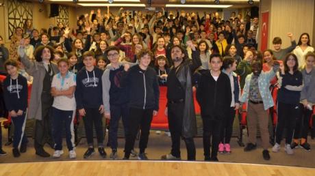 Ortaokul Öğrencileri 'Happy Day'sTheatre'ın  'Sherlock Holmes' İsimliTiyatro Oyununu Seyrettiler