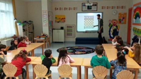 Sancaktepe Okyanus Koleji Okul Öncesi Gökkuşağı Grubu Öğrencileri Satranç Dersinde