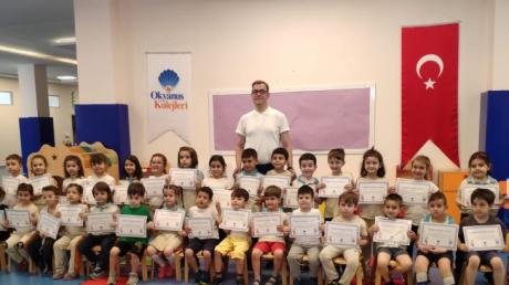 Bursa Nilüfer Okyanus Koleji Anaokulu YILDIZLAR, BULUTLAR, YUNUSLAR grubu öğrencileri Satranç Dersinde
