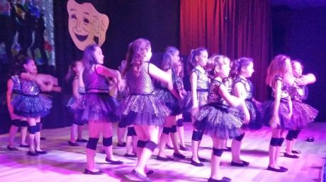 Çekmeköy okyanus koleji İlkokul, Ortaokul ve Lise kademesi Tiyatro ve Dans Yetenek Kulübü öğrencileri, yıl sonu gösterisinde hünerlerini sergilediler.