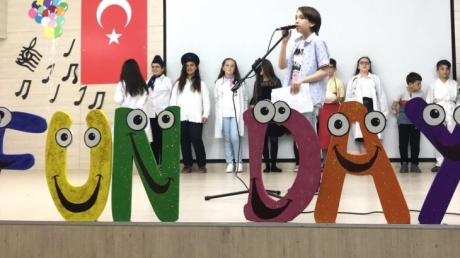 5. Sınıf öğrencileri, İngilizce'deki bilgi ve becerilerini birbirinden güzel gösteriler sunarak aileleriyle paylaştılar.