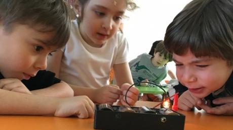 Okul Öncesi A Grupları FasTracKids Eğitiminde Teknoloji Konusunu Öğreniyor.