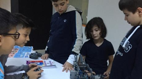 Beylikdüzü Okyanus Koleji 5-6.Sınıf Öğrencilerimiz VEX ROBOTİK Dersinde Robotlarını Tasarlıyorlar.