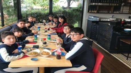 Beylikdüzü Okyanus Koleji Ortaokul Çince dil kulübü öğrencileri Sushico Restaurantında