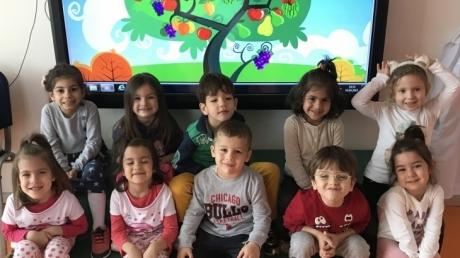 Çiçekler Sınıfı İngilizce Dersinde Yiyecek Konusunu Öğreniyor