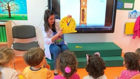 Çiçekler Sınıfı Bilingual Dersinde 'Zaman' Kavramını Öğreniyor