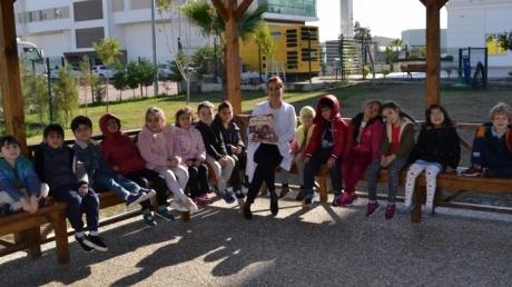 Yıldızlar ve Güneş Sınıfı Öğrencileri Bahçede Hikaye Okuma Etkinliği Yapıyor