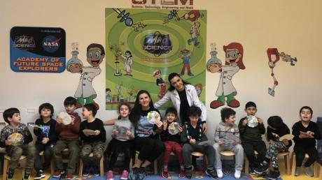 Gökkuşağı Grubu Öğrencileri Aile Katılımında '' Renkli Saat '' Etkinliği Yapıyor